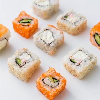 Vista cercana de surtidos arreglados de sushi