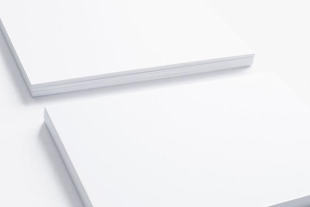 Vista cercana de la tarjeta de presentación en blanco aislada en blanco