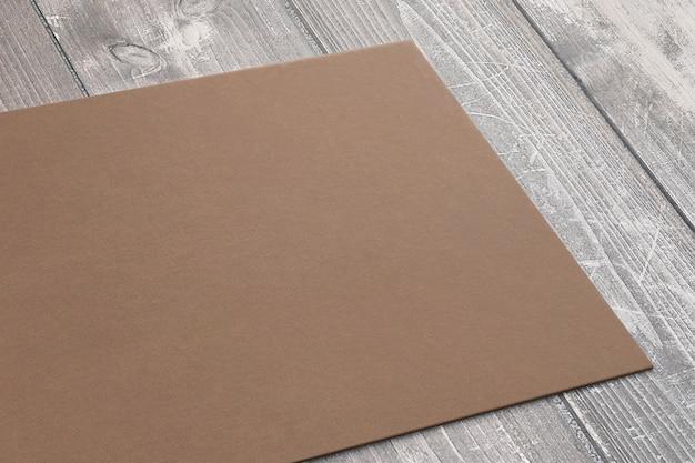 Vista cercana de la tarjeta de visita del cartón en el escritorio de madera. render 3d