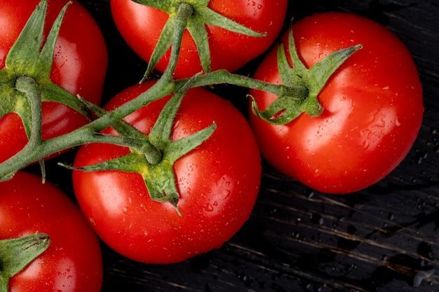 Vista cercana de tomates en la mesa de madera