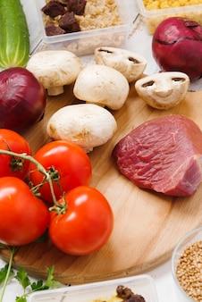 Vista cercana de verduras y carne cruda
