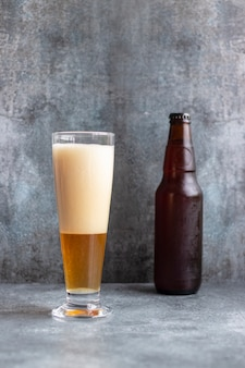Vista de cerveza servida en un vaso