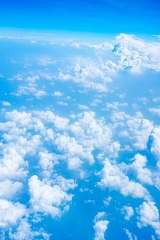Vista del cielo azul desde el avión