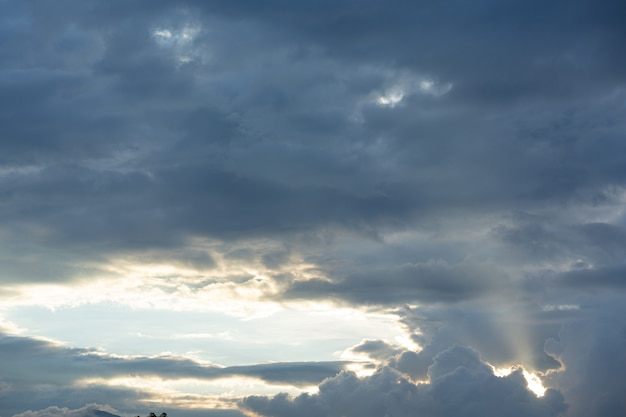 Vista del cielo azul y las nubes. fondo de la naturaleza