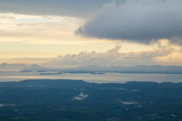Vista del cielo dramático sobre el mar en costa rica