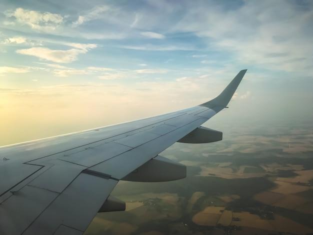 Vista del cielo y las nubes desde el interior de un avión de pasajeros