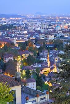 Vista de la ciudad alta de bérgamo por la noche, italia