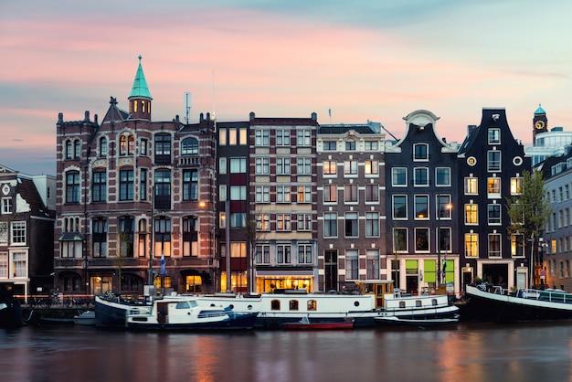 Vista de la ciudad de amsterdam de las casas tradicionales de los países bajos con el río amstel