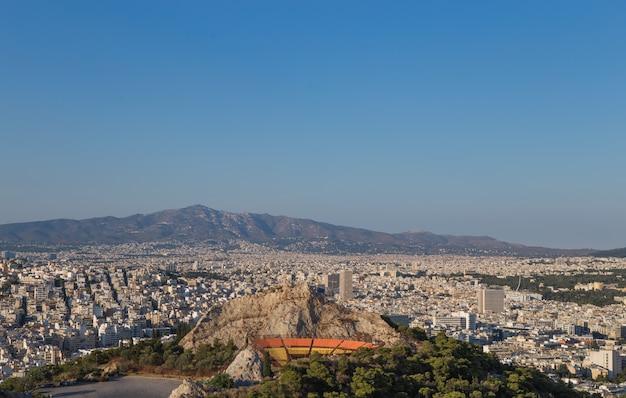 Vista de la ciudad de atenas con el monte licabeto, grecia