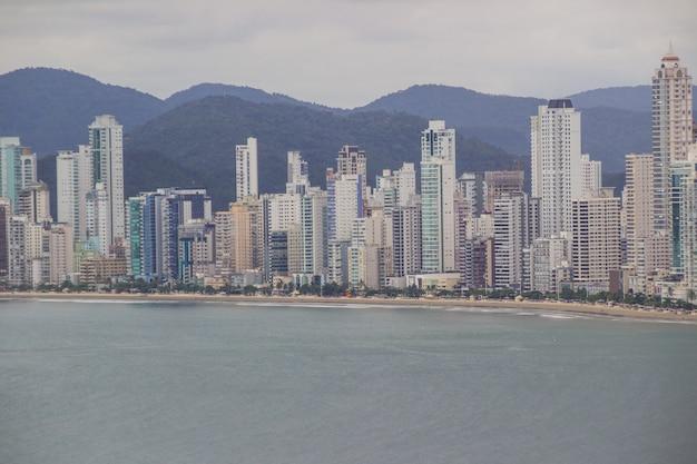 Vista de la ciudad de balneario camboriu desde la cima de la colina de la careca en santa catarina