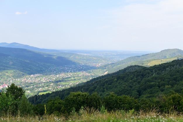 Vista de la ciudad y el bosque desde una montaña alta