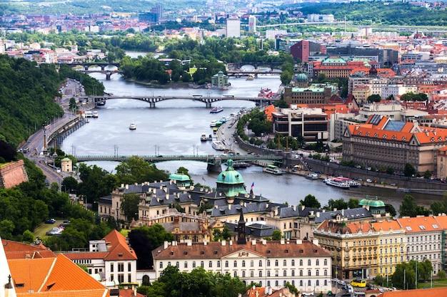 Vista de una ciudad colorida con un río