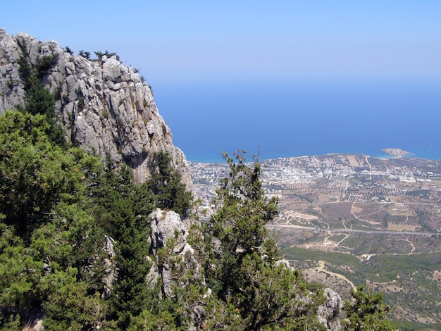 Vista de la ciudad de kyrenia desde el castillo de san hilarión. distrito de kyrenia, chipre.