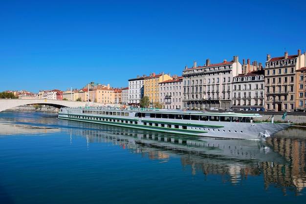 Vista de la ciudad de lyon y el río saona, francia
