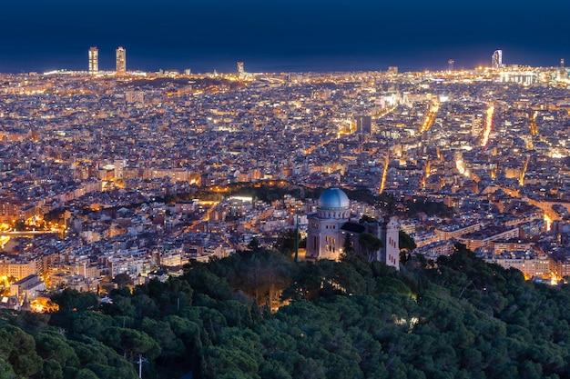 Vista de la ciudad desde la montaña por la noche.