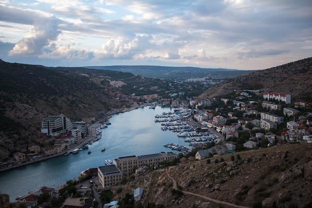 Vista de la ciudad de pasamontañas desde arriba