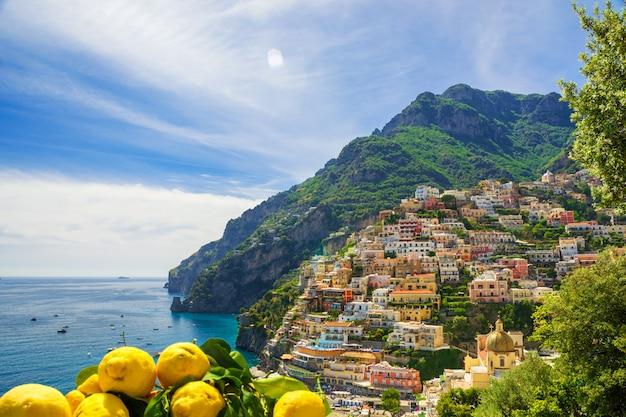 Vista de la ciudad de positano con limones, italia