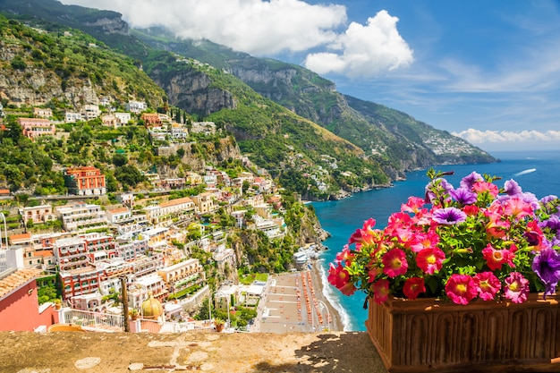 Vista de la ciudad de positano desde la terraza con flores, italia