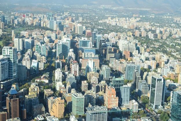 Vista de la ciudad de santiago desde la parte superior del edificio sky costanera en día soleado y clima seco.