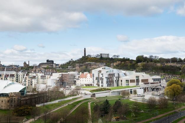 Vista de la ciudad en los tejados viejos y nuevos y casas desde la colina,
