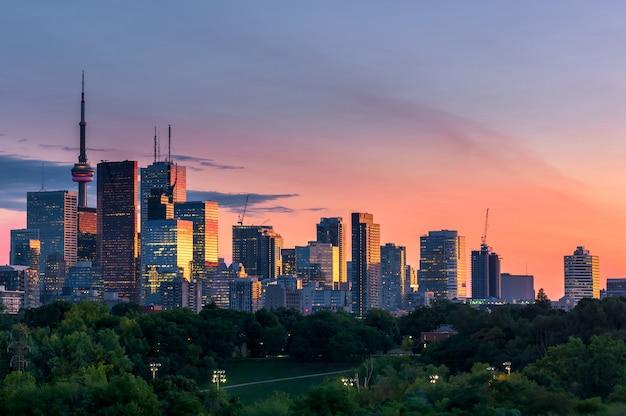 Vista de la ciudad de toronto desde riverdale avenue. ontario, canadá - día