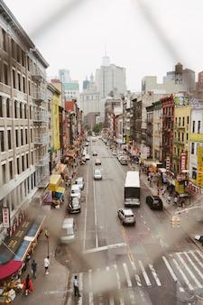 Vista de la ciudad a través de un enlace de cadena.