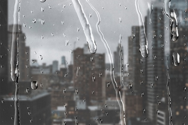 Vista de la ciudad a través de la ventana con gotas de lluvia