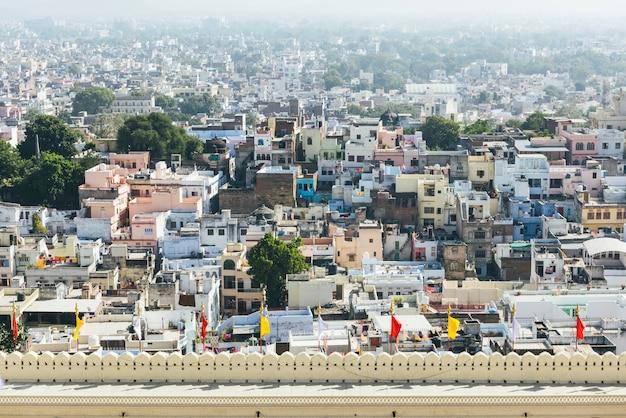 Vista de la ciudad de udaipur desde el palacio de la ciudad en rajasthan, india
