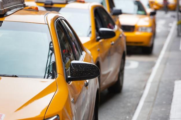Vista clásica de la calle de taxis amarillos en la ciudad de nueva york