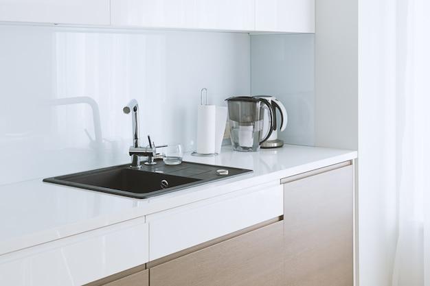 Vista de cocina moderna amplia y luminosa.
