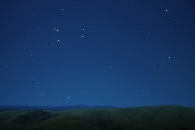 Vista de las colinas con el fondo de la escena nocturna.