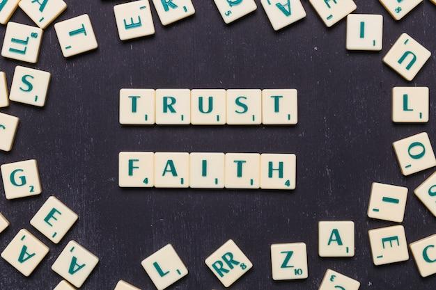 Vista de confianza y fe scrabble cartas desde arriba