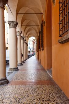 Vista de los conocidos arcos de bolonia, italia
