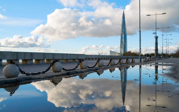 Vista de la construcción del centro de lakhta con el reflejo en el agua.