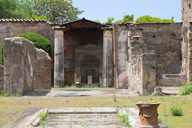 Vista de la corte de una antigua casa romana en pompeya