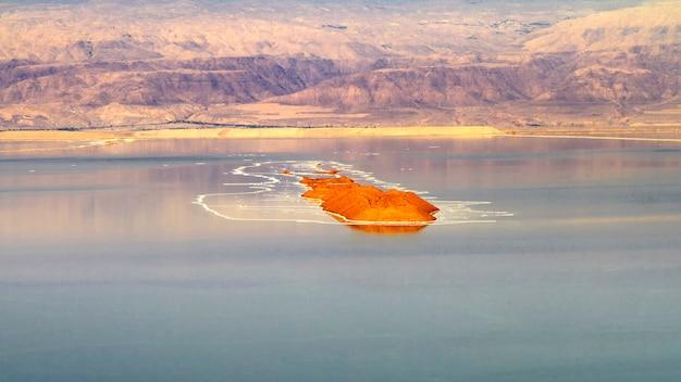 Vista de la costa del mar muerto al atardecer