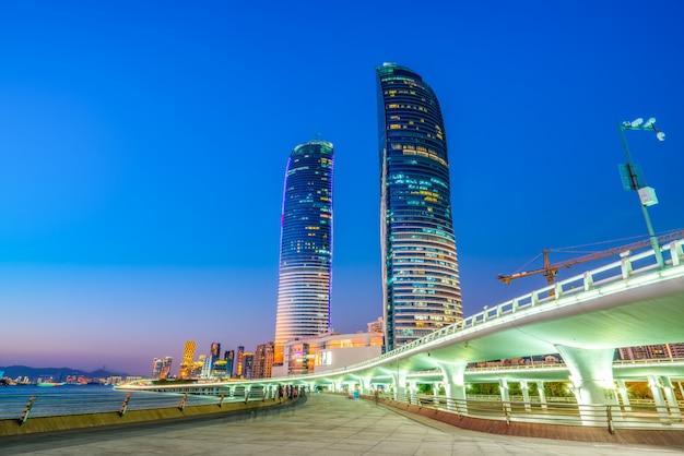 Vista costera del paisaje urbano del edificio de la costa de xiamen