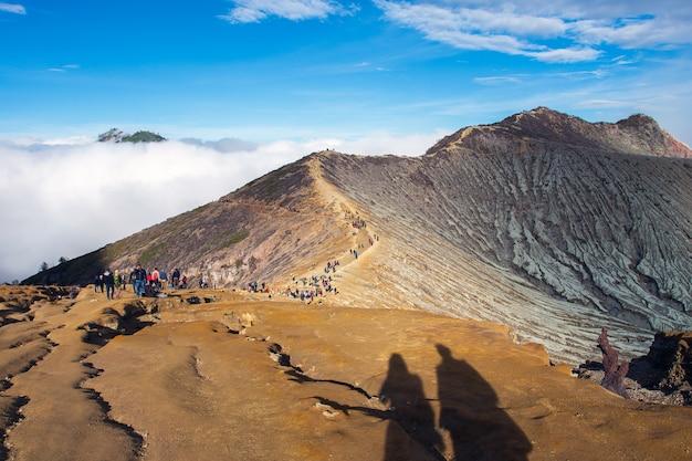 Vista desde el cráter ijen, humo de azufre en kawah ijen, vocalno en indenesia