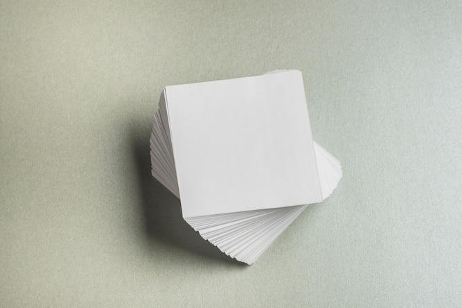 Vista de alto ángulo de papel cuadrado apilado