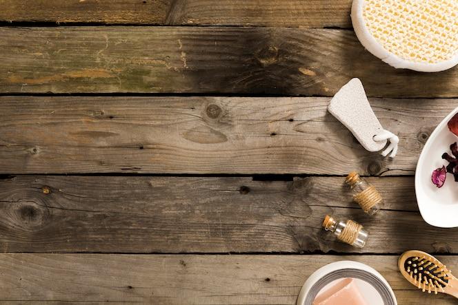 Vista de alto ángulo de productos de spa en la mesa de madera