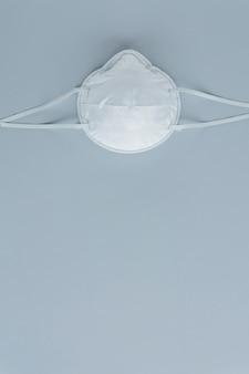 Vista de ángulo alto de máscara protectora sobre fondo gris