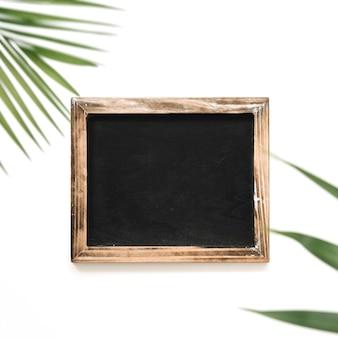 Vista de ángulo alto de pizarra negro sobre fondo blanco