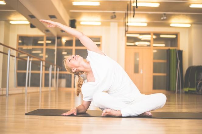 Vista de mujer practicando yoga en el estudio