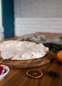 Vista desenfocada de pastel de merigue con cítricos secos