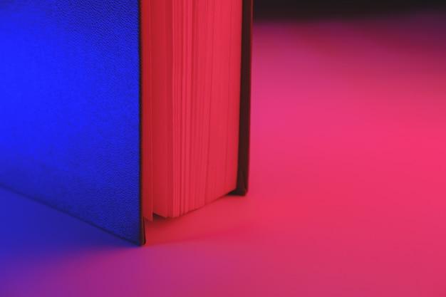 Vista detallada de un libro en vibrantes colores azul y rojo.