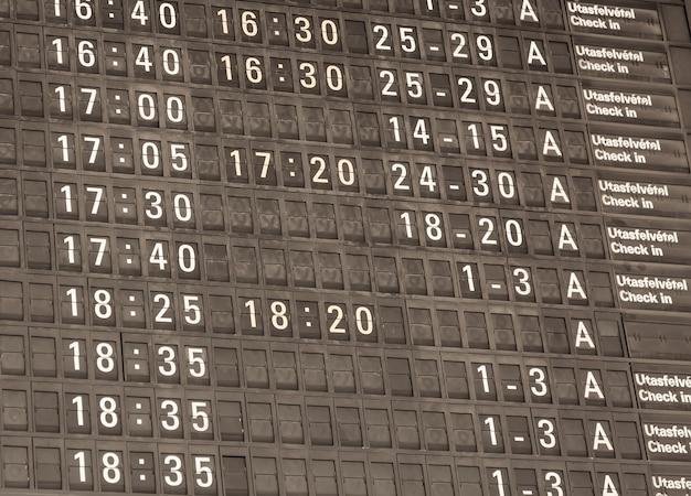 Vista detallada en tonos de un panel de información del aeropuerto típico