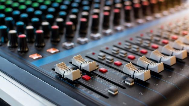 Vista de detalle de controlador de mezclador de sonido y enfoque selectivo