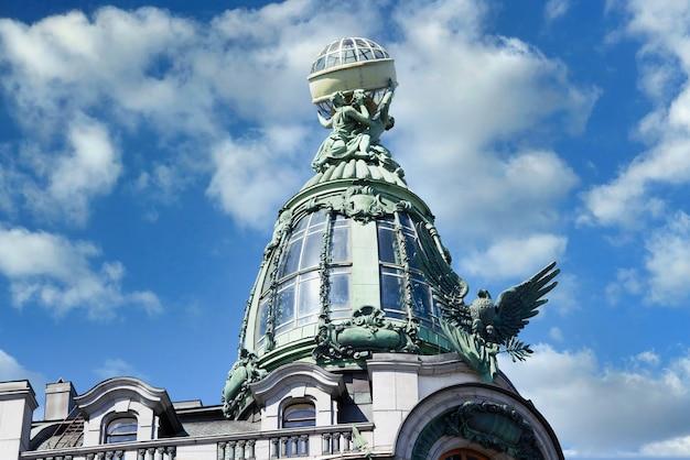 Vista de los detalles arquitectónicos del famoso edificio de la casa cantante en san petersburgo