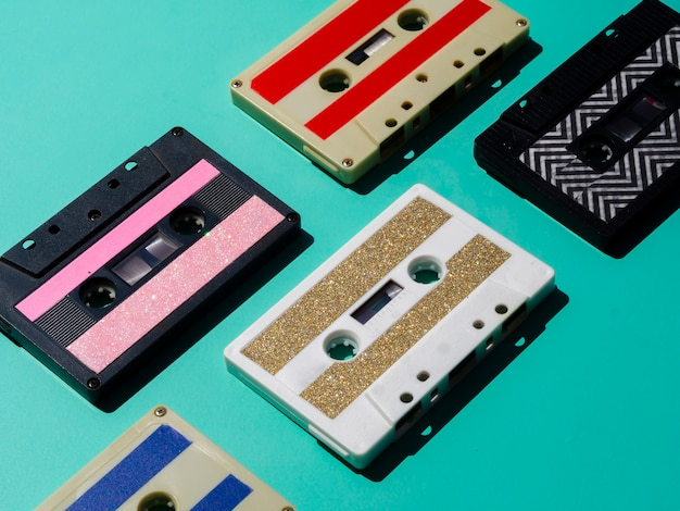 Vista diagonal coloridas cintas de cassette dispuestas