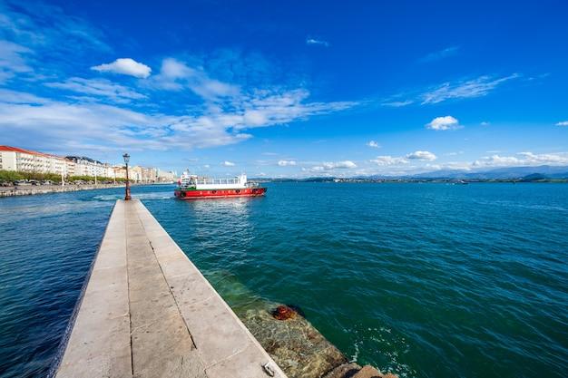 Vista desde el dique de la bahía de santander